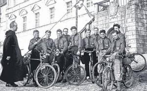Die Gründungsgruppe des Stammes im Jahr 1957 im Kloster Neresheim.
